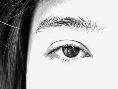 ojos negros: Adolescente ojos negros asi�ticos en tono blanco y negro Foto de archivo