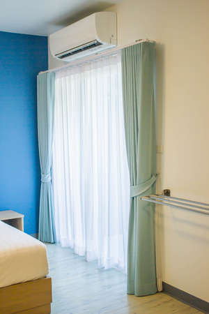エアコンとモダンなベッドルームのカーテン 写真素材 - 50859970