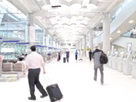 adentro y afuera: gente en el aeropuerto en fuera de foco borroso foto