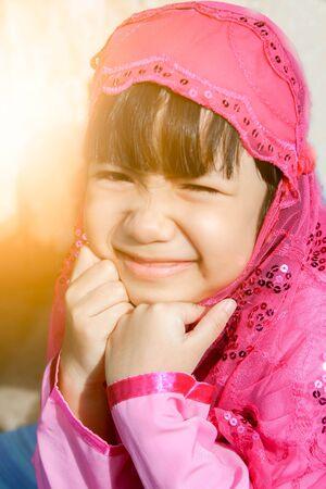 petite fille musulmane: petite fille musulmane en Hijab rose (écharpe) et le sourire