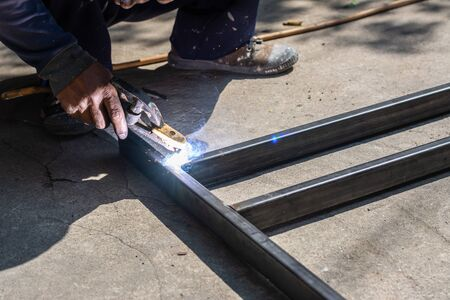 The welder is working on welding. Sparkling and Smoke Standard-Bild