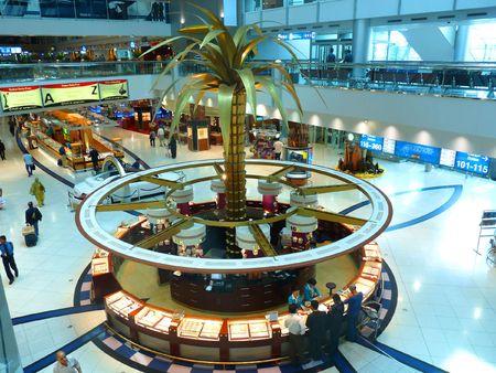 the emirates: Los viajeros de DUBAI, Emiratos �rabes Unidos - 08 de octubre: En la terminal 1 del Aeropuerto Internacional de Dubai 08 de octubre de 2010 en Dubai, Emiratos �rabes Unidos. Aeropuerto de Dubai es uno de los aeropuertos de todo el mundo. Editorial