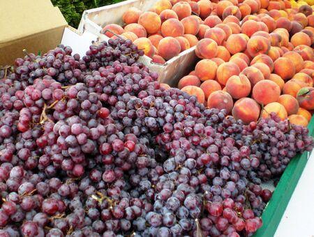 葡萄や桃農民市場で 写真素材