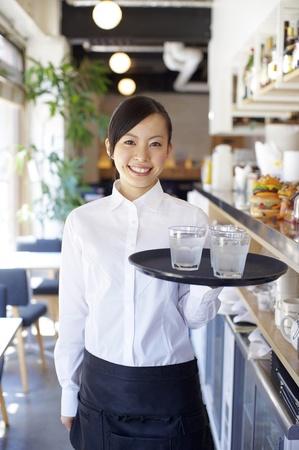 笑顔でサービス女性