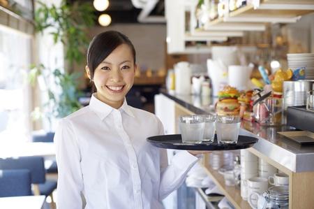 číšník: Service žena s úsměvem Reklamní fotografie