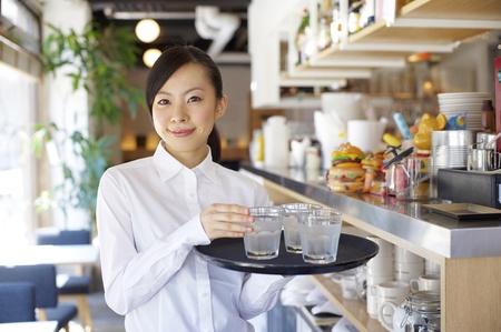 camarero: Servicio mujer con una sonrisa