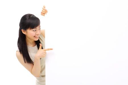 hot asian: Молодой бизнес женщина держит пустой рекламный щит, изолированных на белом фоне Фото со стока