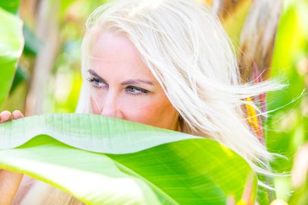 Blonde woman in park 版權商用圖片