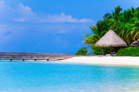 Tropical white sand beach Imagens