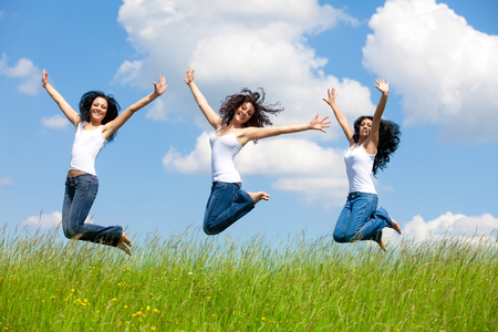 Springende vrouwen op de weide