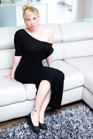 Blonde wife in the living room Stockfoto