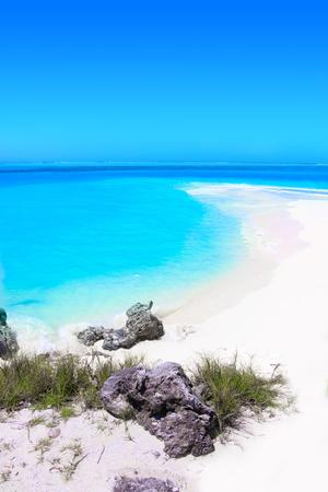 Le banc de sable se jette dans l'océan turquoise Banque d'images
