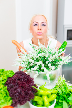 Happy woman cooks in the kitchen Stockfoto