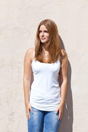 Meisje staat op de muur