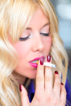 Smoking blonde woman Stockfoto