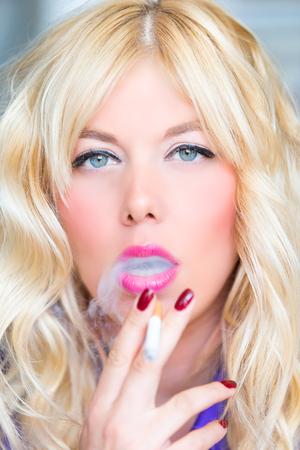 Smoking blonde woman Banque d'images