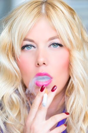 Femme blonde qui fume Banque d'images