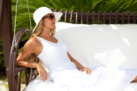 Woman in white dress on vacation Standard-Bild - 107691594