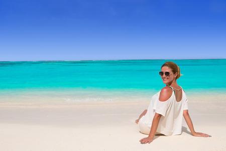 Beautiful woman in sunglasses tans at the dream beach 版權商用圖片