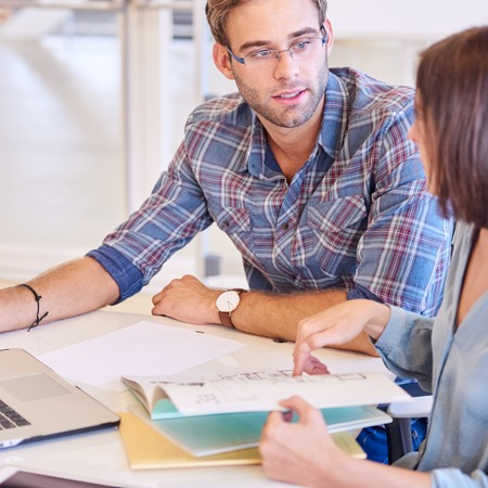 Männliche Schüler Hat Einen Weiblichen Lehrer In Seinem Haus über Für  Privatunterricht, Da Die Metor