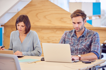 集中ゾーンに焦点を当てた男性と女性学生は期末試験の勉強に。