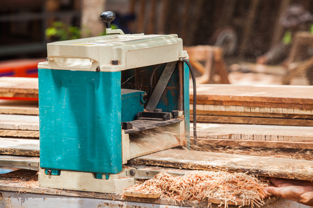 smooth wood: Planing machine to the face to smooth wood.