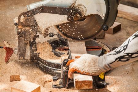 Cirkelzaag te snijden glad hout.