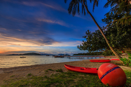 Colorful sunset on tropical beach  in Koh  Mak island, Trat province, Thailand. Banque d'images