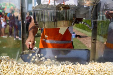 Making popcorn with machine Standard-Bild