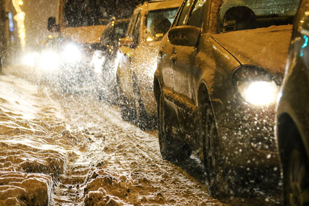 Traffic jam in heavy snow Imagens - 110899823