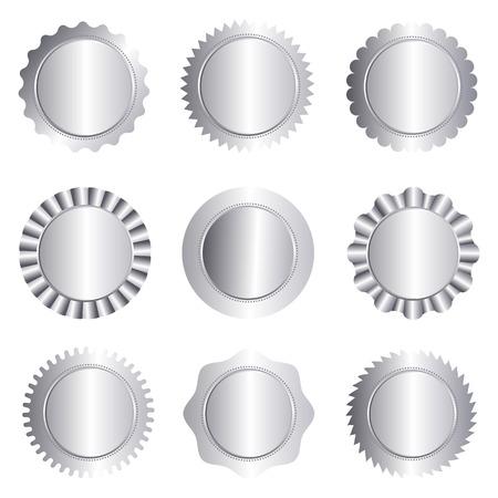 白で隔離される別の銀承認シール、スタンプ、バッジ、およびロゼットの図形のセット