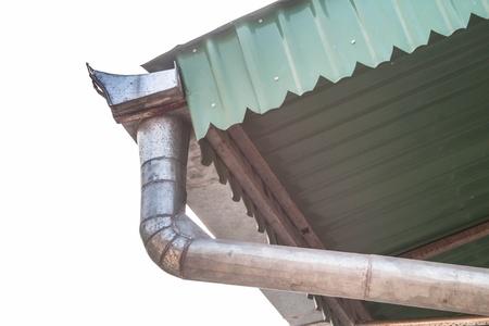 gouttière: Goutti�re de toit en aluminium � l'ext�rieur en face du ciel Banque d'images