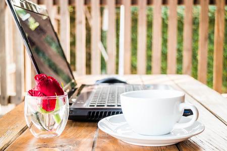 노트북, 커피, 포토 편안한 워크 스테이션 스톡 콘텐츠