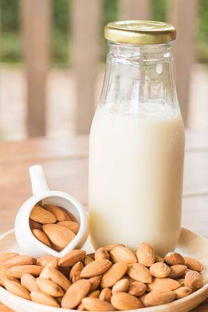 Bouteille de lait d'amande sur une table en bois, photo stock Banque d'images