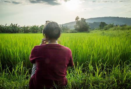 Asian woman enjoy green scenery of  rice field, stock photo Stockfoto
