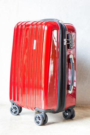 Rode reiskoffer voor uitgaande, stock foto