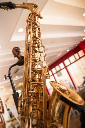 soprano saxophone: espectáculo de saxofón de oro en la tienda, foto stok Foto de archivo