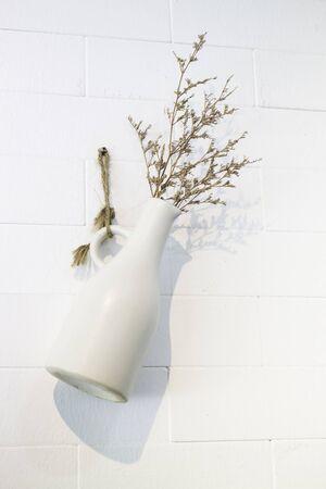 Dried little white flowers in vase, stock photo Standard-Bild