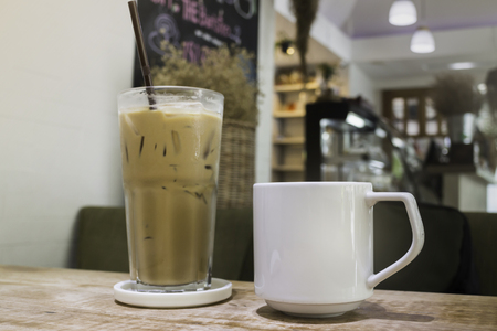 Hot coffee and iced coffee on wooden table Standard-Bild