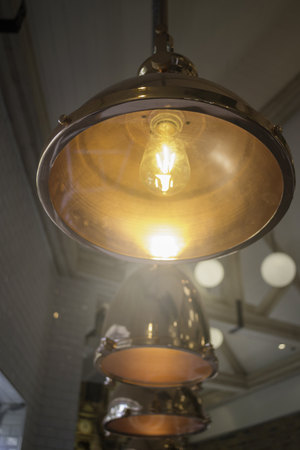 Elegant copper hanging light lamp Standard-Bild - 95197992