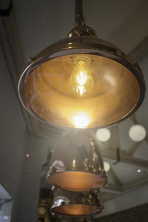 Elegante Kupfer hängende Lampe Lampe Standard-Bild - 95197992