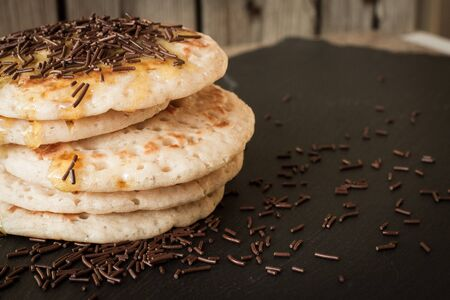 chocolate sprinkles: pancakes with honey and maple syrup with chocolate sprinkles Stock Photo