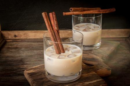 latte fresco: crema di liquore irlandese in un bicchiere con ghiaccio e cannella