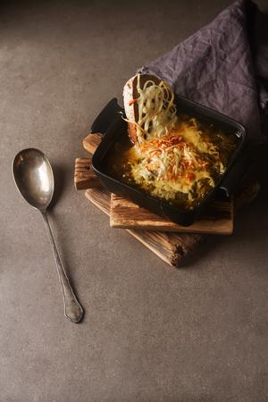 Traditional French onion soup. Dark gray background Standard-Bild