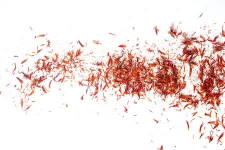 Exotisches Gewürz, Safran zum Färben von Lebensmitteln. Weißer Hintergrund. isoliert Standard-Bild - 77697231
