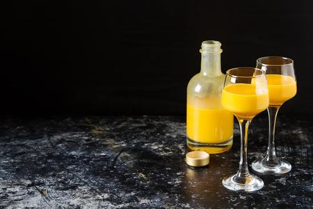 Traditionele Italiaanse gele ei-drank, Bombardino. Donkere achtergrond. Kopieer de ruimte