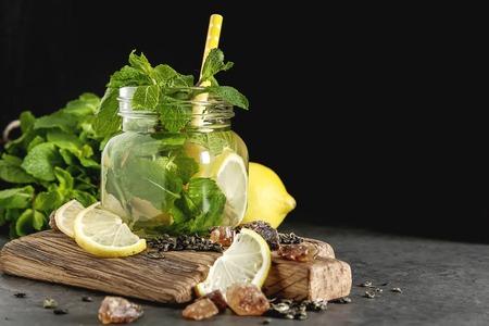 Frische Minze Blätter im Tee . Italienische Flüssigkeit . Dunkler Hintergrund