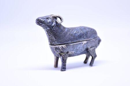 白い背景の上の銀のヤギ 写真素材