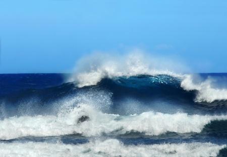 Golftoppen en broodjes naar de kust op het Grote Eiland van Hawaï Spray en een lang lichaam van het water brult de richting van de rotsen op Laupahoehoe Beach Stockfoto
