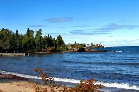 lake michigan lighthouse: Muelle de madera rústica imagen frentes del Lago Superior, Michigan fondo muestra Eagle Harbor Lighthouse y la Península Keweenaw Foto de archivo